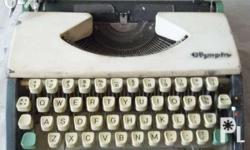 ITALICIZED MANUAL TYPEWRITER I am selling this 60 year