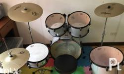Complete, good as new drum set.